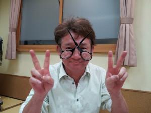 理容を心から愛する菊池君持参ハサミ型メガネ。