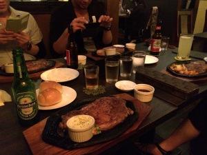450gステーキ。アメリカンなのでオリオンビールじゃないのだ