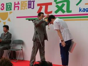 理事長からメダルをいただく浦松。こうべをたれております